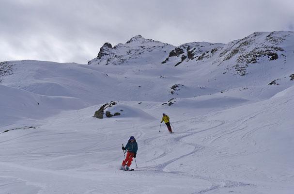 Mit jedem Bogen rückt der Gipfel in weite Ferne zurück, zum Glück ist die Abfahrt noch lange nicht zu Ende