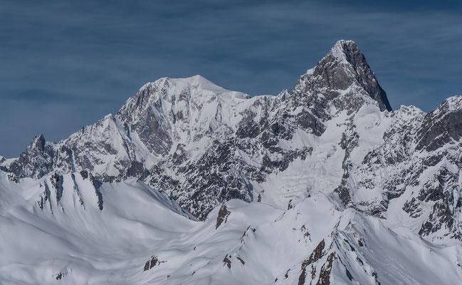 Im unteren Bildbereich sind die Skigipfel vom Val Ferret zu sehen, links die Aig. des Angroniettes, recht der Six Blanc. Darüber die Jorasse, Mont Blanc, Mont Blanc de Courmayeur,  Aig. Blanches de Peuterey und Aig. Noire de Peuterey