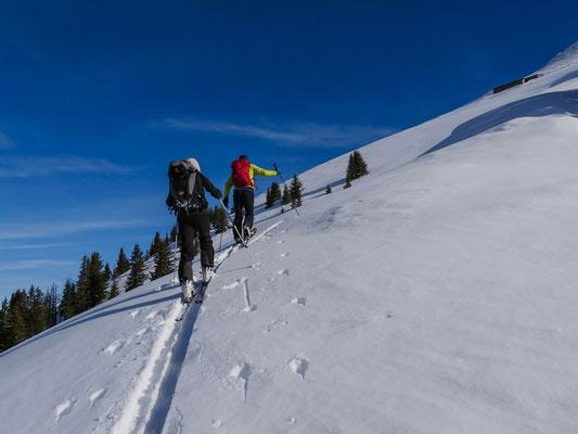 Elegant schlängelt sich unsere Aufstiegsroute durch die steile Nordwestflanke des Achsetberg