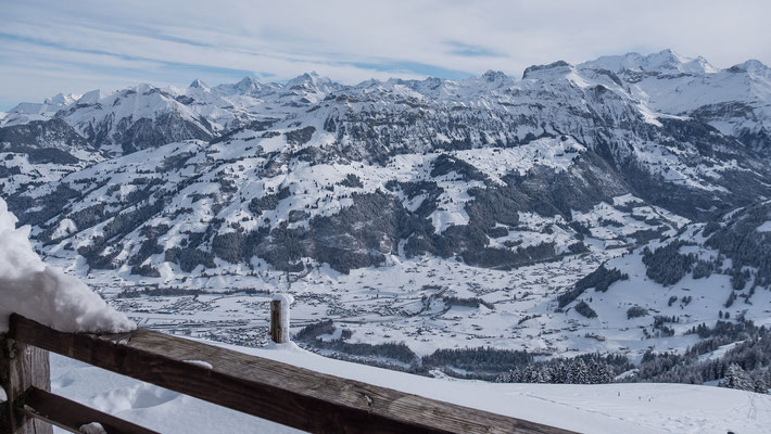 Rast oberhalb vom Gleitschirm Startplatz. Die Berner Alpen vom Wetterhorn bis zur Blüemlisalp, mit fantastischen voralpinen Skitourengipfeln von der Sulegg über das Gehrihorn bis zum Äermigchnubell