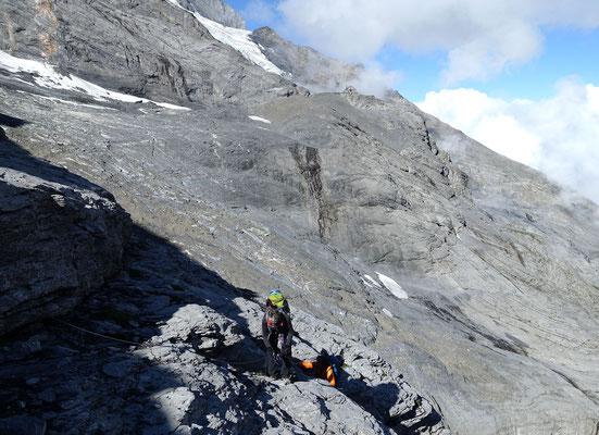 Das Ende der Querung, auf dem Felskopf beobachtet Hüttenwart Bernhard unser Treiben