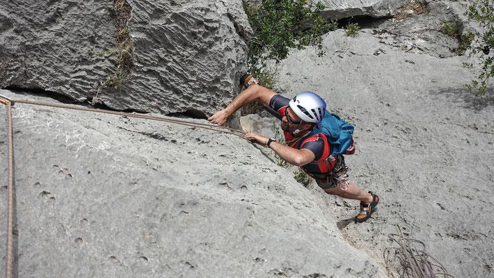 Diese Seillänge am Monte Oddeu hats in sich, nur mit 6b bewertet, muss ich alle Kniffs und Tricks zücken, um den ersten Stand zu klinken. Bruno in der  finalen Verschneidung mit dem ersten guten Griff