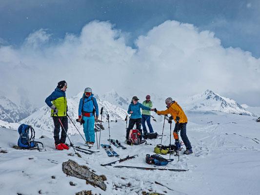 Kurz ein Schluck Tee, dann drängt der Bergführer schon wieder zur Abfahrt, schliesslich ist die Sicht im Moment noch ganz okay
