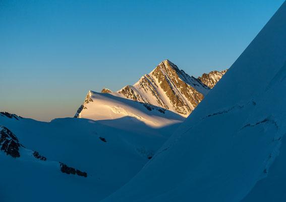 Die Abendsonne beleuchtet das Gross Fiescherhorn und den Walchergrat mit unserem Ziel für den kommenden Tag