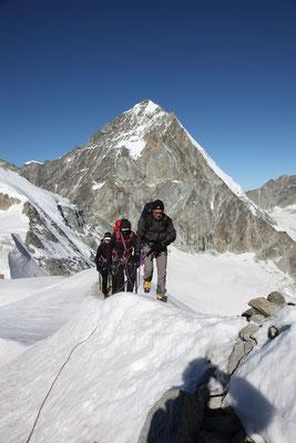 Kurz vor dem letzten Aufschwung zum Mont Durand, der Blick zum 4357 Meter hohen Dent Blanche ist beeindruckend