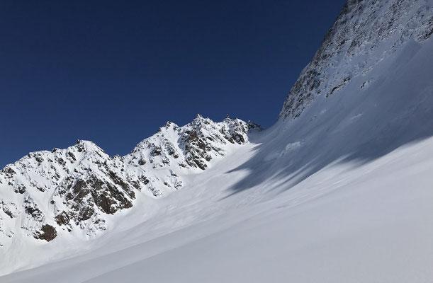 Die Gletscherspitza bleibt lange verborgen und von dieser Seite ist nur der Sattel das Ziel. Für uns wird im obersten Teil der Freiraum etwas zu eng und so belassen wir es mit dieser Schneekuppe auf 2600 Meter