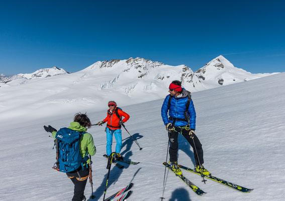Bekannte Gesichter, dfass wir Ruth und Carlo hier oben treffen, war allerdings kein Zufall. Links das Gletscherhorn, dann Trugberg und der Mönch