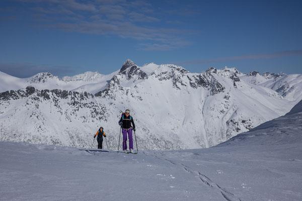 Ich traue mir eine Querung in eine andere Route zu und liegen mit unserem Entscheid goldrichtig. Schlussendlich landen alle Bergsteiger in dieser Lücke mit dem tollen...