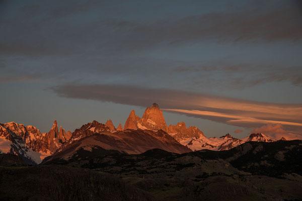Trotzdem bin ich der einzige, welcher zweimal den Sonnenaufgang am Viewpoint bewundert und es hat sich gelohnt. Cerro Torre, Cerro Egger und Cerro Standhardt leuchten neben dem Poincenot und Fitz Roy in der Morgensonne