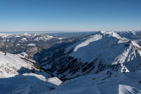 Rechts die Niesenkette mit dem Hohniese, links die Stockhorngruppe, dahinter ein Nebelband über dem Mittelland