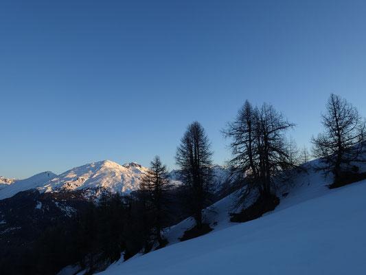 Der Piz Terza wird bereits von der Morgensonne vergoldet, derweil wir am Schatten auf pickelhart gefrorenem Schnee zum Piz Chalderas aufsteigen