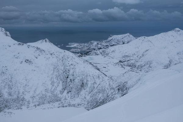 Aber noch bevor wir den Skigipfel erreicht haben, hüllen sich die Lofoten Gipfel wieder in eine einheitlich graue Farbe
