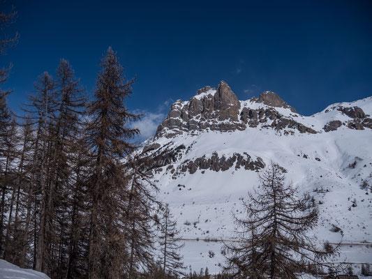 Dolomitartig ragt die Aiguillette du Lauzet über die Passtrasse des Lautaret. Zum Abschluss besteigen wir den Sattel rechts vom Gipfel