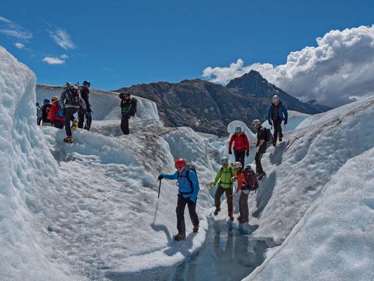Bestens betreut von lokalen Guides werden wir auf dem Eis begleitet