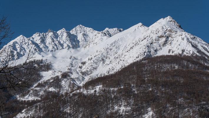 Der Blick vom Dorfplatz in Monêtier zu den Têtes de Ste. Marguerite. Der zweite Gipfel von rechts ist unser anvisiertes Ziel und verspricht bei Erheblich und 35°einen spannenden Tourentag