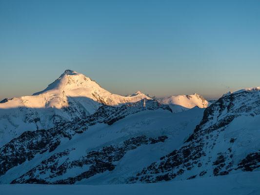 Aletschhorn und Dom leuchten in einem kristallklaren Abendhimmel