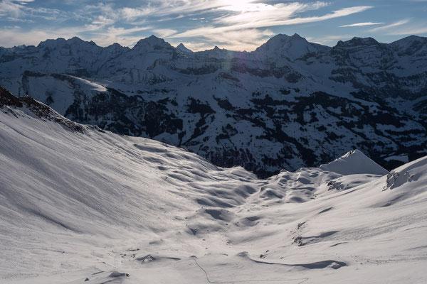 Unterhalb vom Ladholzsattel, die Ladholzchume ist gut eingeschneitdarüber das Doldenhorn und Balmhorn mit den ersten Sonnenstrahlen
