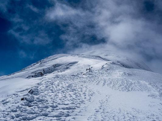 Der Gipfel präsentiert sich wie von einem anderen Gebirge
