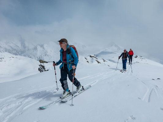 Ein Spiel aus Sonne, Wolken und Schneeflocken begleitet uns beim Aufstieg zum Pizzo d`Orsirora, Marcelle, Vreni und Phillipp kurz vor dem Gipfel