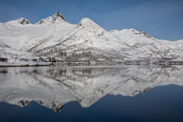 Kein Lüftchen trübt heute die Wasseroberfläche, rechts im Bild unser Tourenziel, der Rundfjellet