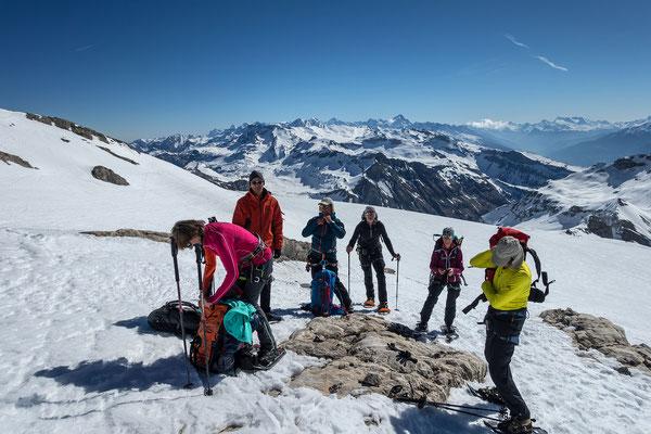 Vom Glacier du Wildhorn ist nichts mehr übrig, imposant ist der Weitblick zu den Berner Alpen und zu unserer Strecke, welch wir bereits gelaufen sind.  Gut erkennbar die Plaine Morte, an deren rechtem Rand das Rothorn, darüber das Lötschentaler Breithorn