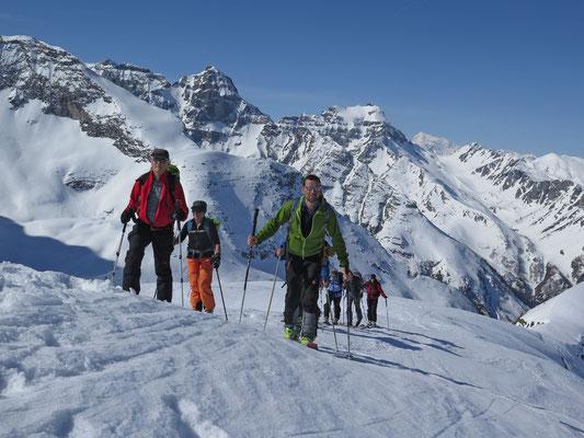 Kurz unter dem Gipfel, im Hintergrund das Mättital, darüber das Weisshorn