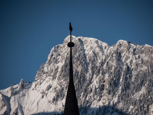 Mächtiges Gipfelkreuz vor dem Dent de Corjon. Der Ausblick direkt vom Hotel Elite in Rossinière hätten wir eindrücklicher kaum erwartet