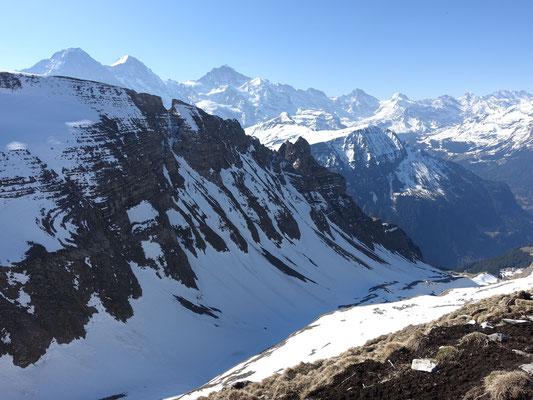 Die bekannten Gipfel vom Berner Oberland und das unbekannte Tälchen, durch das unser Abstieg hinunter führt