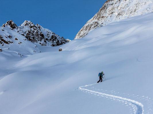 Wir probieren eine neue Linie, um den Steilhang anfangs Gletscher auszuweichen. Über coupiertes Gelände schummeln wir uns nach oben