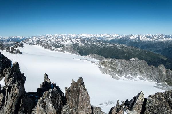 Grandiose Aussicht vom Piz Medel zu den Berner Alpen, dem Galenstock, Rhonestock und Dammastock, zur Windgällen und den Spannörtern