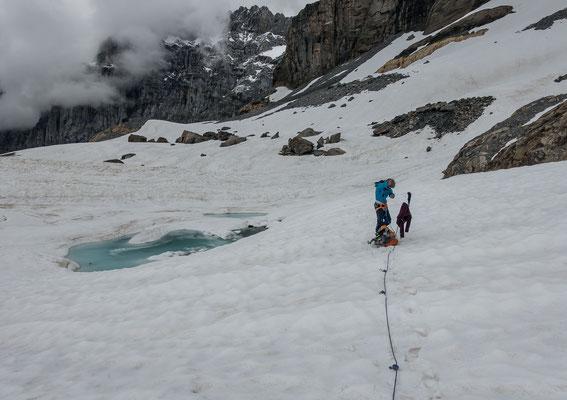 Nach einigen kurzen Krafteinlagen stehen wir oben am Gletscher. Der See hat sich erst mit dem Rückgang des Eises gebildet