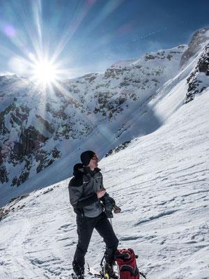 Charles mit prüfendem Blick zum steilen Gipfelhang