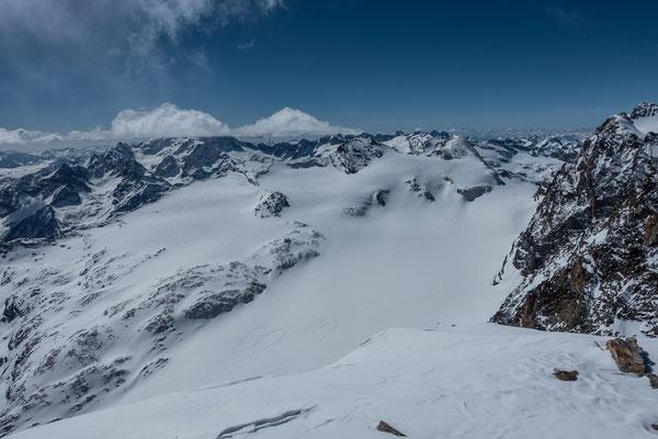 Verliebter Pilot schickt Liebesbotschaft an Unbekannt. Der Vadrett di Scerscen eignet sich hervorragend für Gletscherlandungen. Von einer prächtigen Cumulus-Wolke verdeckt der Monte Disgrazia, rechts die Fuorcla Fex-Scerscen, links davon der Piz Tremoggia