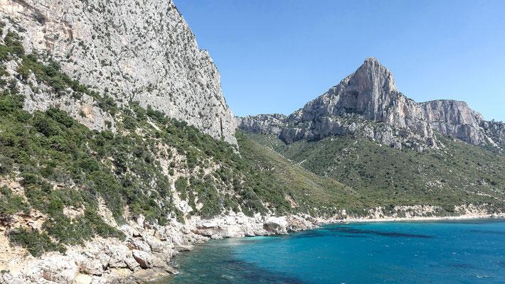 Am Einstieg zur Marinaio di Foresta an der Pedra Longa, im Hintergrund ein Paradestück sardischer Klettergeschichte, die markante Pinta Giradili