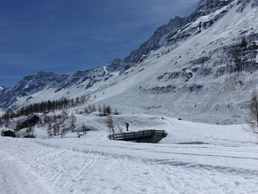 Auf der Fafleralp liegt noch über ein Meter Schnee und wir fahren noch bis wenige Meter vor die Ortschaft Blatten, wo ein herrlicher Tourentag zu Ende geht
