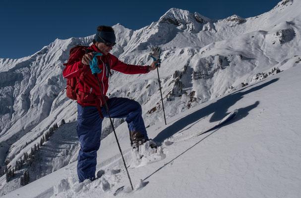 Carlito vor anspruchsvollem Skigelände, in diesen Flanken sind selten Spuren auszumachen