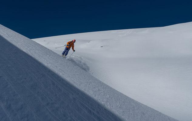 Es stiebt und auch mit macht die Abfahrt Spass bei dieser Schneequalität
