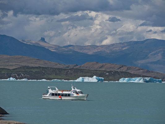 Bootstour über den Lago Viedma zum gleichnamigen Gletscher. Riesige beinahe Fussballfelder grosse Eisbrocken treiben nach einem frischen Abgang im Wasser