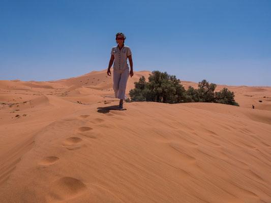 einerseits ist Franziska denn auch heiss fasziniert von der intensiven Farbe, anderseits sind die Tevas für 50° heissen Sand eine eher unkluge Wahl