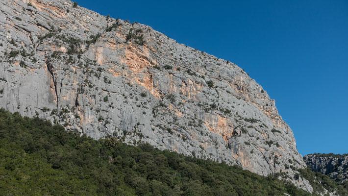 Blick vom Parkplatz zur prallen Südwand des Monte Oddeu. Unsere erste Route verläuft nahe der rechten Kante bis zur Verflachung des Grates