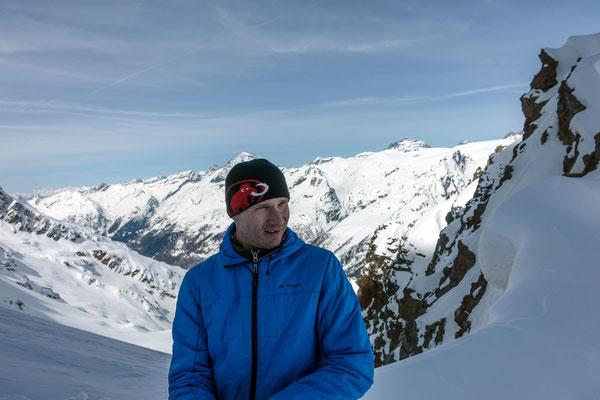 Roger im Sattel unterhalb der Gletscherspitza, der Gipfel wird von dieser Seite kaum bestiegen wegen stark verwächtetem und exponiertem Schneegrat