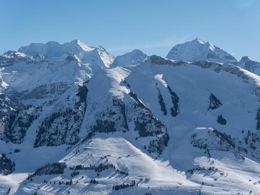 Der ganze Schnee wurde mit dem Sturm vollständig abgeblasen, einzig die Rinnen am Achsetberg sind noch mit Schnee gefüllt