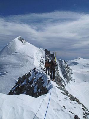 Balanceakt am Feekopf, dahinter das Allalinhorn, rechts das Fluchthorn