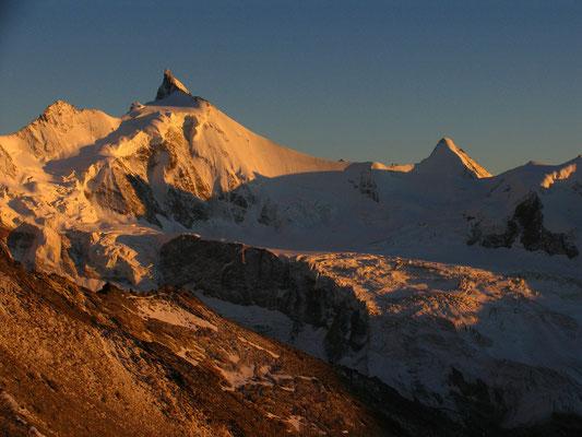 Abendstimmung vor der Tracuit Hütte. Pointe Sud de Moming, Zinalrothorn und Obergabelhorn