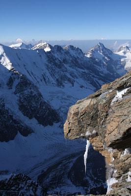 Tiefblick ins Rottal, darüber von rechts Tschingelhorn, Breithorn, Mittaghorn und Äbeni Flue, über der Dunstlinie der Mont Blanc, Grand Combin, Bietschhorn, Dent Blanche und Weisshorn