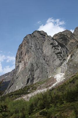 Mittagfluh S Wand mit der riesigen Verschneidung, welche die Route rechts begrenzt