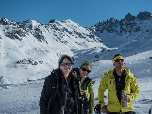 Die Verhältnisse spiegeln sich auf den Gesichtern von Brigitte und Daniela, während Erich die genaue Aufstiegslinie begutachtet