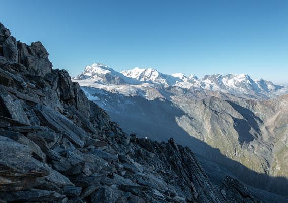 Viel loses Gestein im unteren Teil vom Rotgrat. Der Anblick zum Horizont hingegen ist makellos. Monte Rosa Gruppe, Liskamm, Castor und Pollux und das breite Breithorn