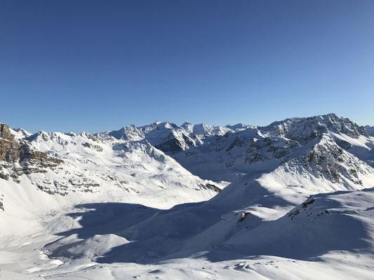 Wir entscheiden uns für den Campagnung und erfreuen uns an der fantastischen Aussicht Richtung Bernina Massiv