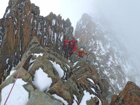 Franziska ist nun noch mit von der Partie, die Kletterei über die verschneiten Felsen scheint ihr zu gefallen
